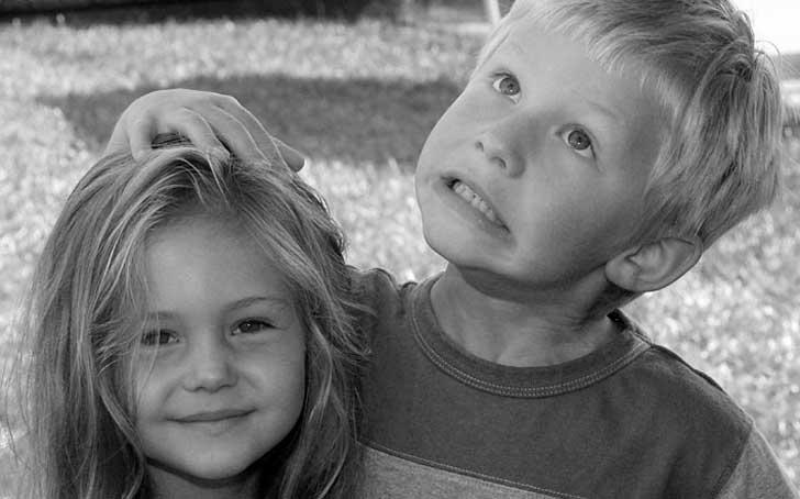 hermana pequeña y hermano mayor